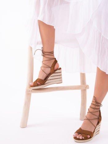 Camelowe sandały na koturnach z ozdobnymi paskami, wiązane wokół kostek