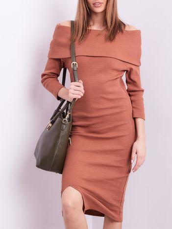 Ciemnobrązowa dopasowana sukienka z odkrytymi ramionami