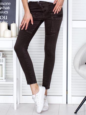 Ciemnobrązowe spodnie z kieszeniami