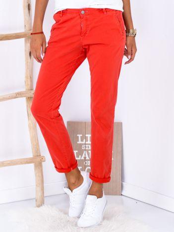 Ciemnoczerwone materiałowe spodnie o prostym kroju