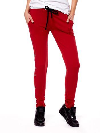 Ciemnoczerwone spodnie dresowe z kółeczkami