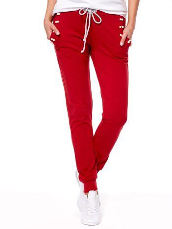 Ciemnoczerwone spodnie dresowe z troczkami i perełkami