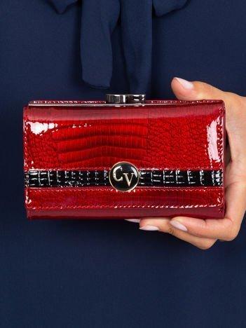 Ciemnoczerwony lakierowany portfel skórzany