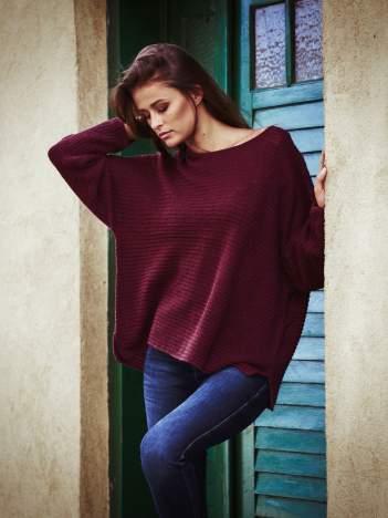 Ciemnoczerwony sweter oversize z rozcięciami po bokach