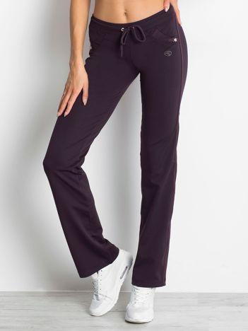 Ciemnofioletowe spodnie dresowe z aplikacją