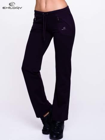 Ciemnofioletowe spodnie dresowe z kieszeniami na suwaki