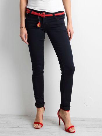 Ciemnogranatowe spodnie jeansowe