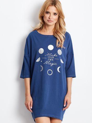 Ciemnoniebieska luźna sukienka z nadrukiem