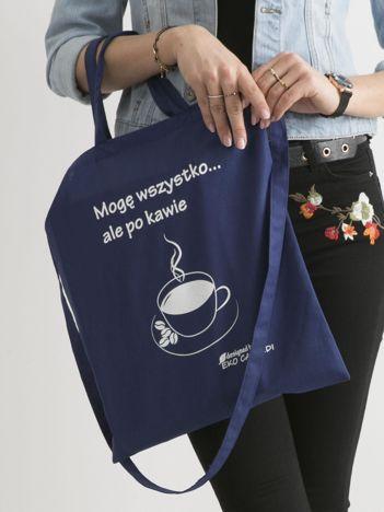 Ciemnoniebieska torba materiałowa z kawą