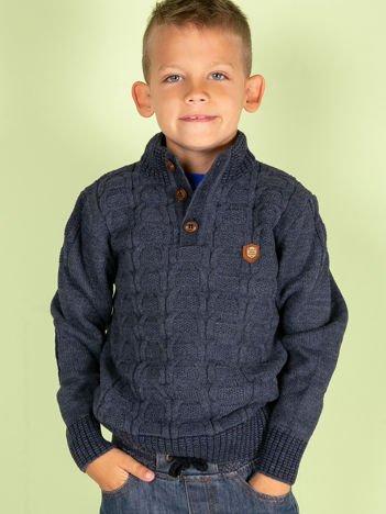 Ciemnoniebieski dziergany sweter dla chłopca