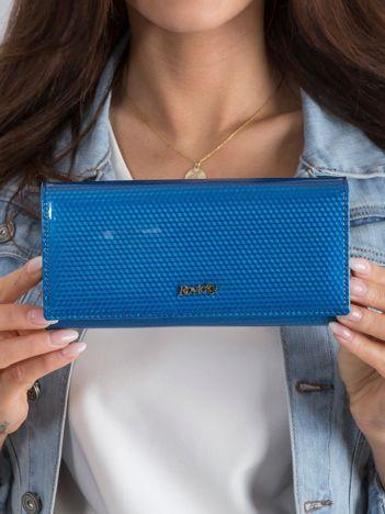 Ciemnoniebieski skórzany portfel w drobny wzór