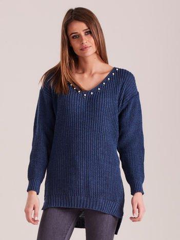 Ciemnoniebieski sweter z perełkami