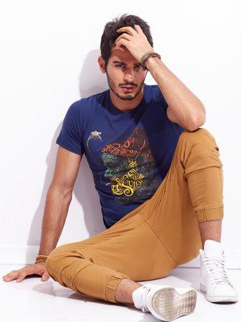 Ciemnoniebieski t-shirt dla mężczyzny z nadrukiem
