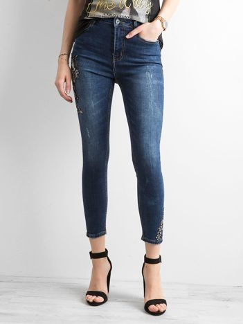 Ciemnoniebieskie jeansy skinny z naszywkami