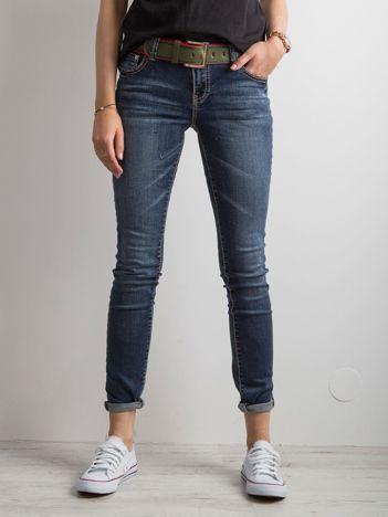 Ciemnoniebieskie jeansy z haftami