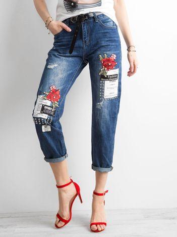 Ciemnoniebieskie spodnie mom jeans z naszywkami