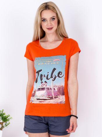 Ciemnopomarańczowy t-shirt z letnim nadrukiem