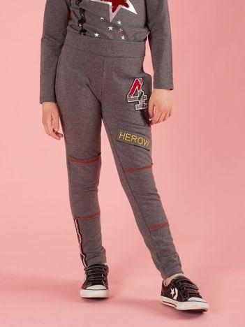 Ciemnoszare spodnie dresowe dziecięce z naszywkami