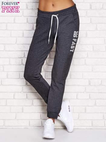 Ciemnoszare spodnie dresowe z napisem BE FAST