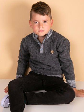 Ciemnoszary dziergany sweter dla chłopca