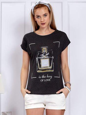 Ciemnoszary t-shirt z flakonem perfum