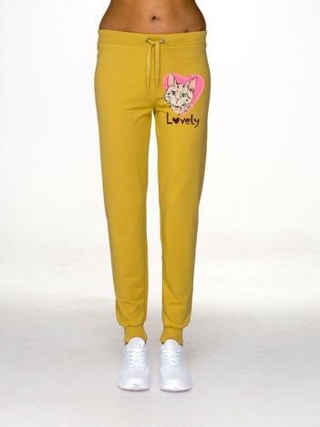 Ciemnożółte spodnie dresowe z motywem kota