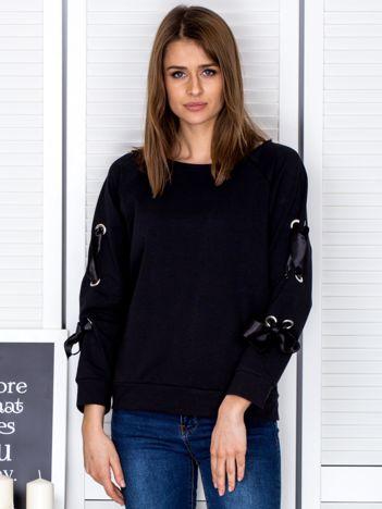 Czarna bluza z kokardami na rękawach