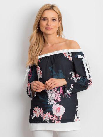 Czarna bluzka z dekoltem carmen w kwiaty