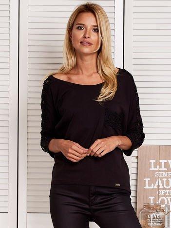 Czarna bluzka z koronkową listwą
