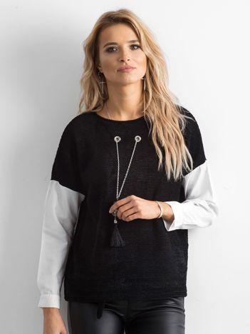 Czarna bluzka z naszyjnikiem