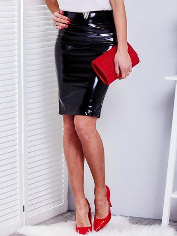 Czarna błyszcząca dopasowana spódnica z ozdobą