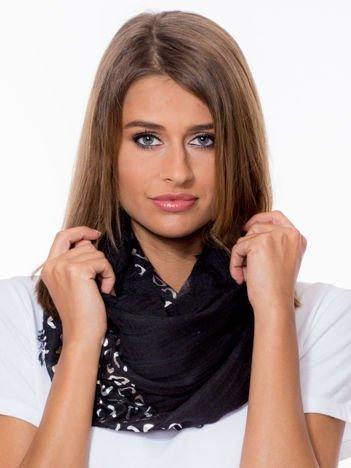 Czarna chusta z metalicznymi cętkami
