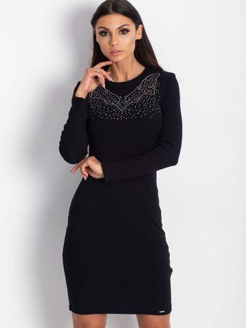 Czarna dopasowana sukienka w prążek z dżetami