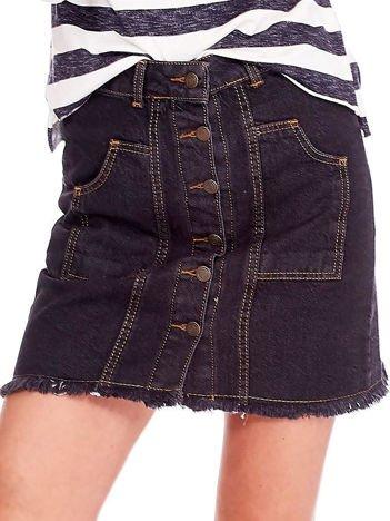 Czarna jeansowa spódnica z wystrzępieniem