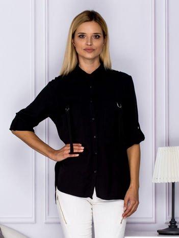 Czarna koszula z perełkami z podwijanymi rękawami