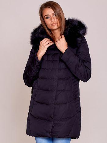Czarna kurtka na zimę z futrzanym wykończeniem