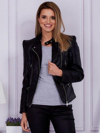 Czarna kurtka ramoneska ze skóry ekologicznej w motocyklowym stylu