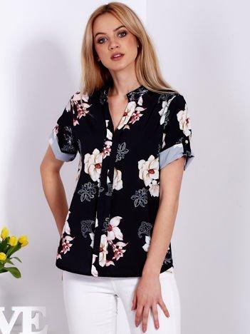 Czarna kwiatowa bluzka z podwijanymi rękawami
