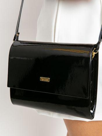 Czarna lakierowana kopertówka