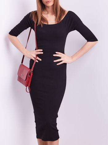 Czarna prążkowana sukienka odsłaniająca ramiona