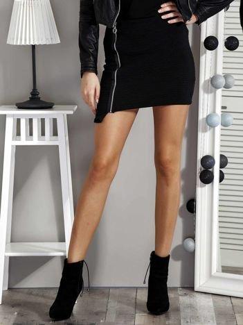 Czarna spódnica z asymetrycznym wykończeniem