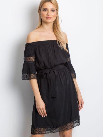 Czarna sukienka Deciding