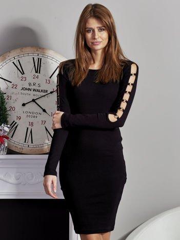 Czarna sukienka codzienna ze złotymi kółkami na rękawach