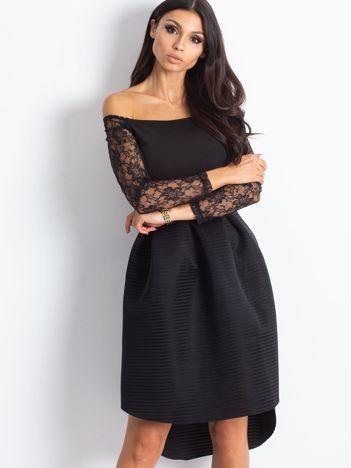 Czarna sukienka koktajlowa z koronkowymi rękawami