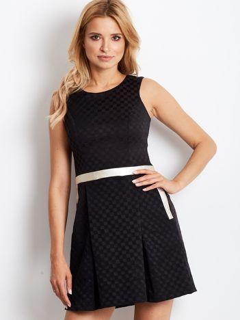 Czarna sukienka koktajlowa z motywem kratki