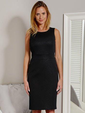 Czarna sukienka o ozdobnej fakturze