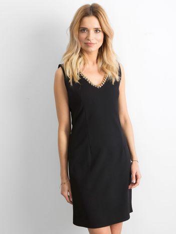 Czarna sukienka o prostym kroju