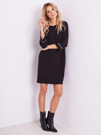 Czarna sukienka z biżuteryjną aplikacją