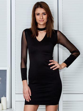 Czarna sukienka z chokerem i siatkowymi rękawami