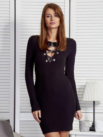 Czarna sukienka z dekoltem lace up